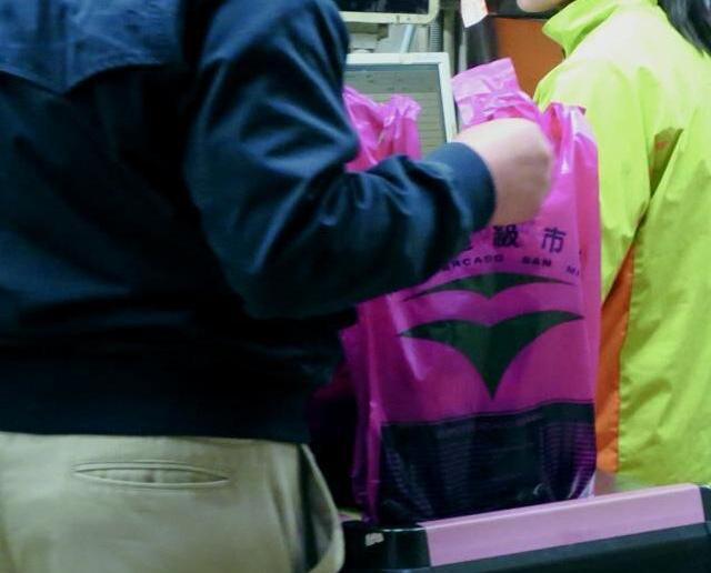 當局提膠袋徵費每個不少於一元