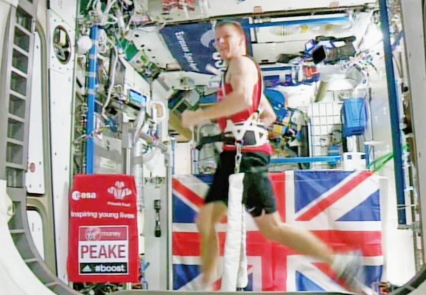 太空人空中陪跑
