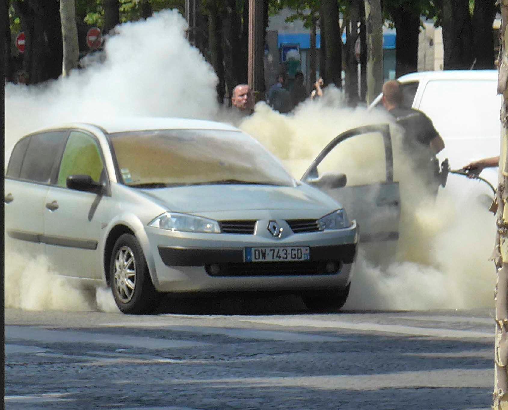 巴黎汽車撞警車襲擊者死亡