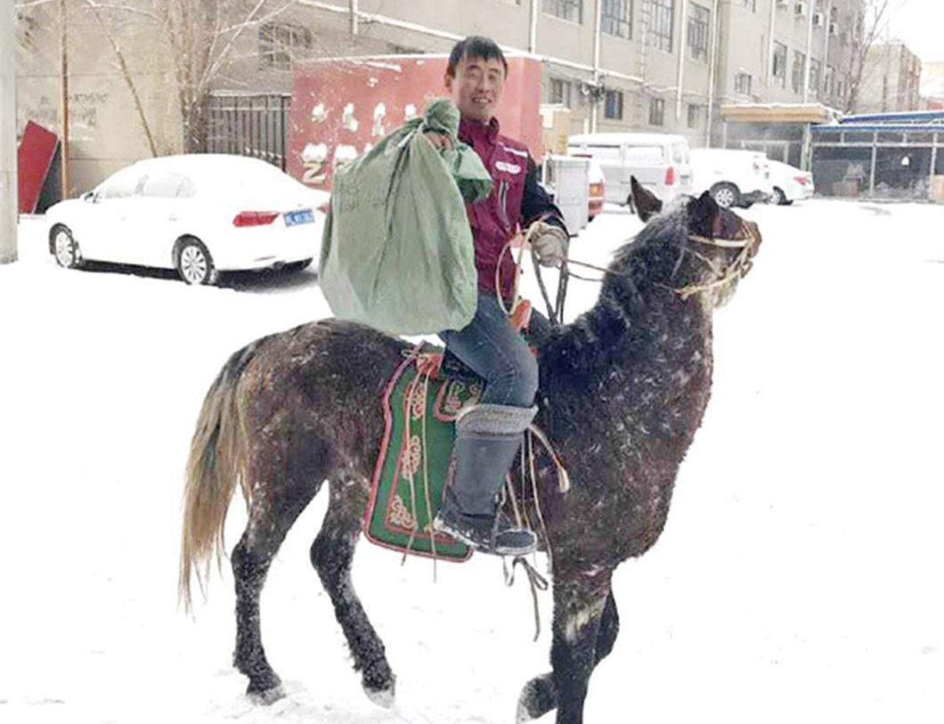 內蒙古小哥騎馬送快遞