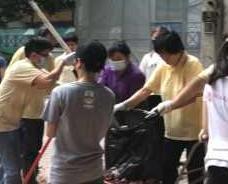 街坊義工幫忙清理磚頭