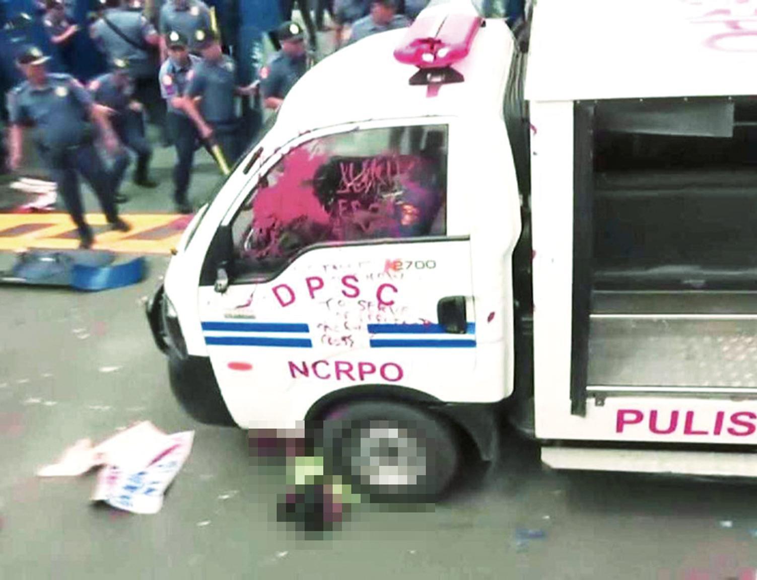 菲警開車輾壓示威群眾