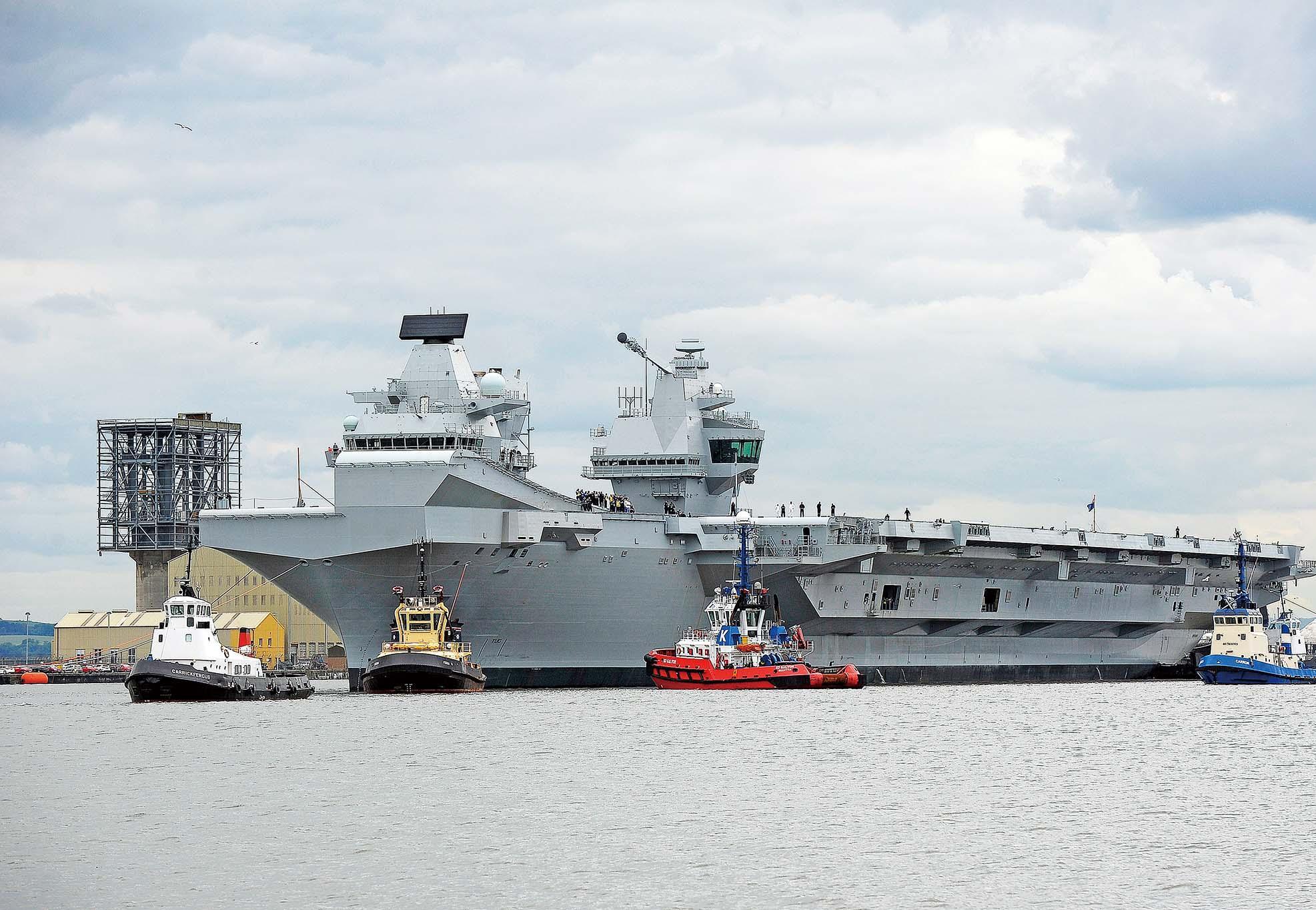英最大航母首試航