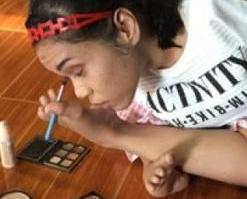 泰國17歲少女用腳化妝