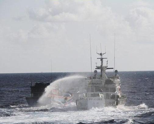 越漁船闖太平島遭台發射水炮