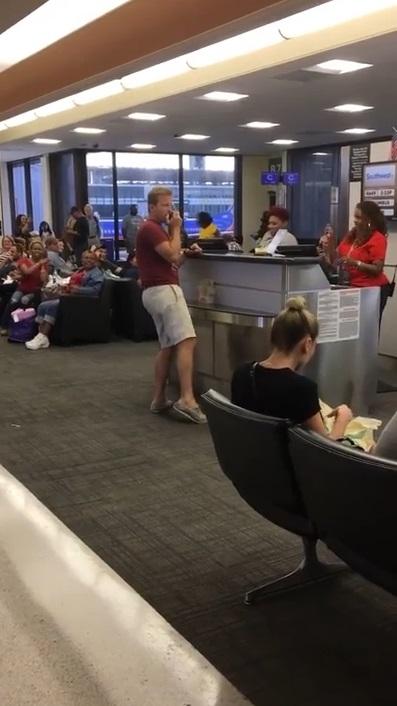 美漢即興唱歌冧爆乘客職員