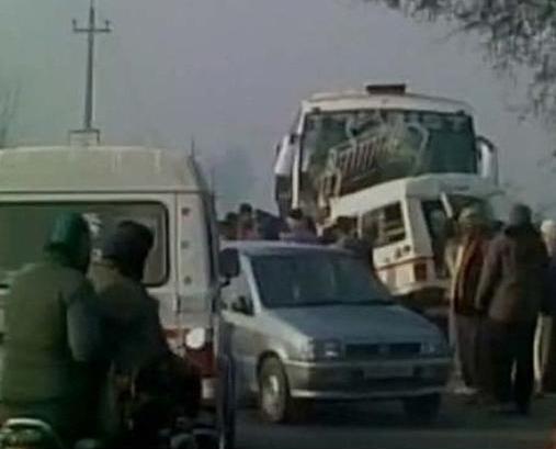 印度旅遊巴與吉普車相撞12死