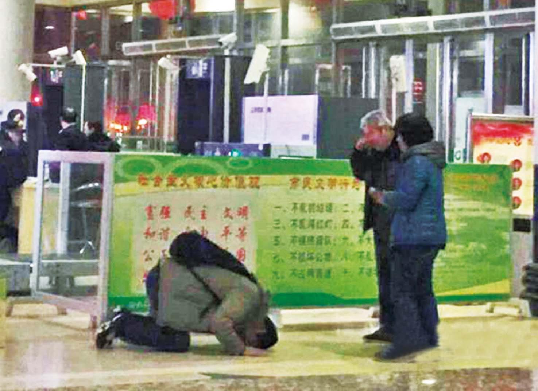 火車站長跪別父母