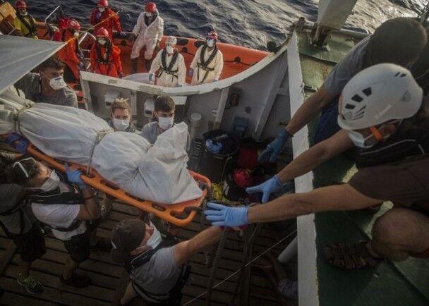 屍體赤裸漂浮地中海