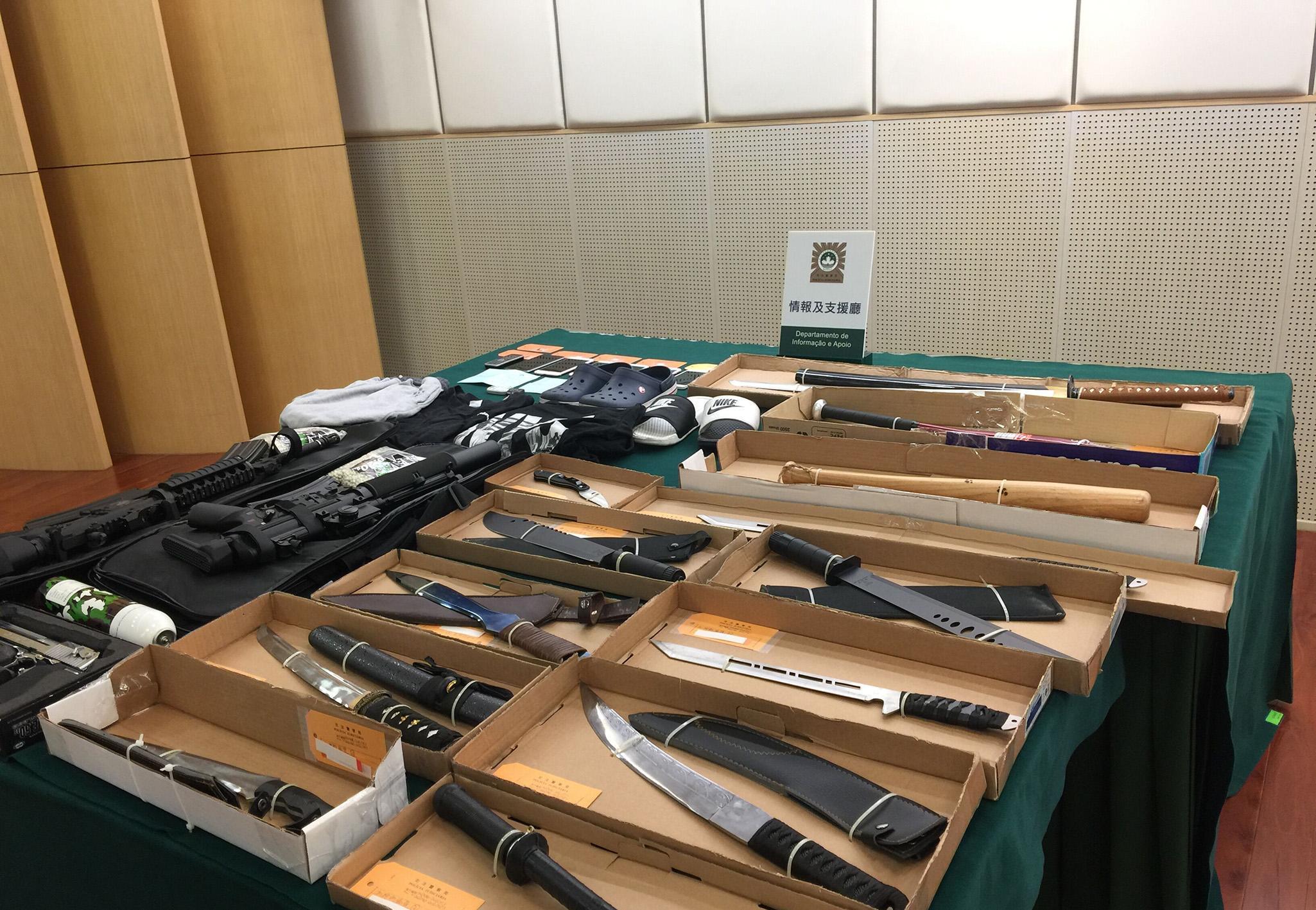 警起小型武器庫拘五個貪玩青年