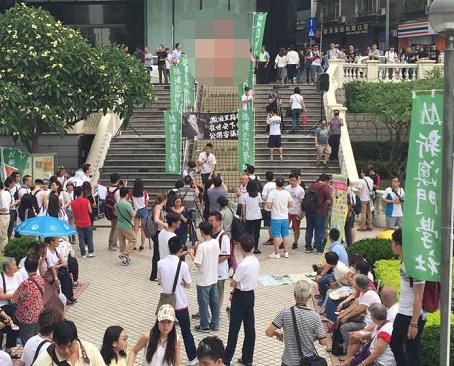 十多個團體著白衫遊行到立法會