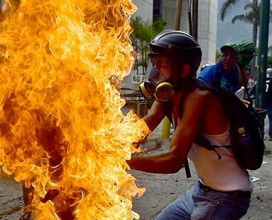 示威者浴火抗政府