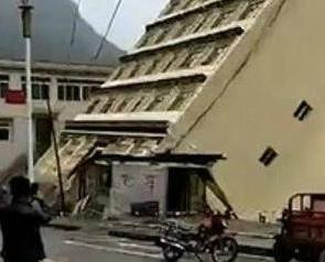 貨車被衝走高樓倒塌江中