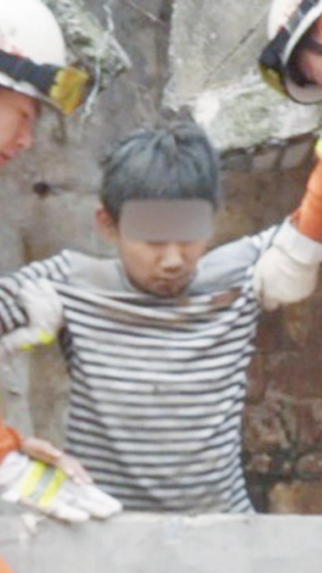 14歲男孩小解被埋