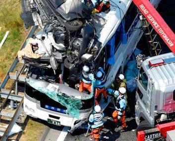日私家車與旅遊巴相撞 一死20傷