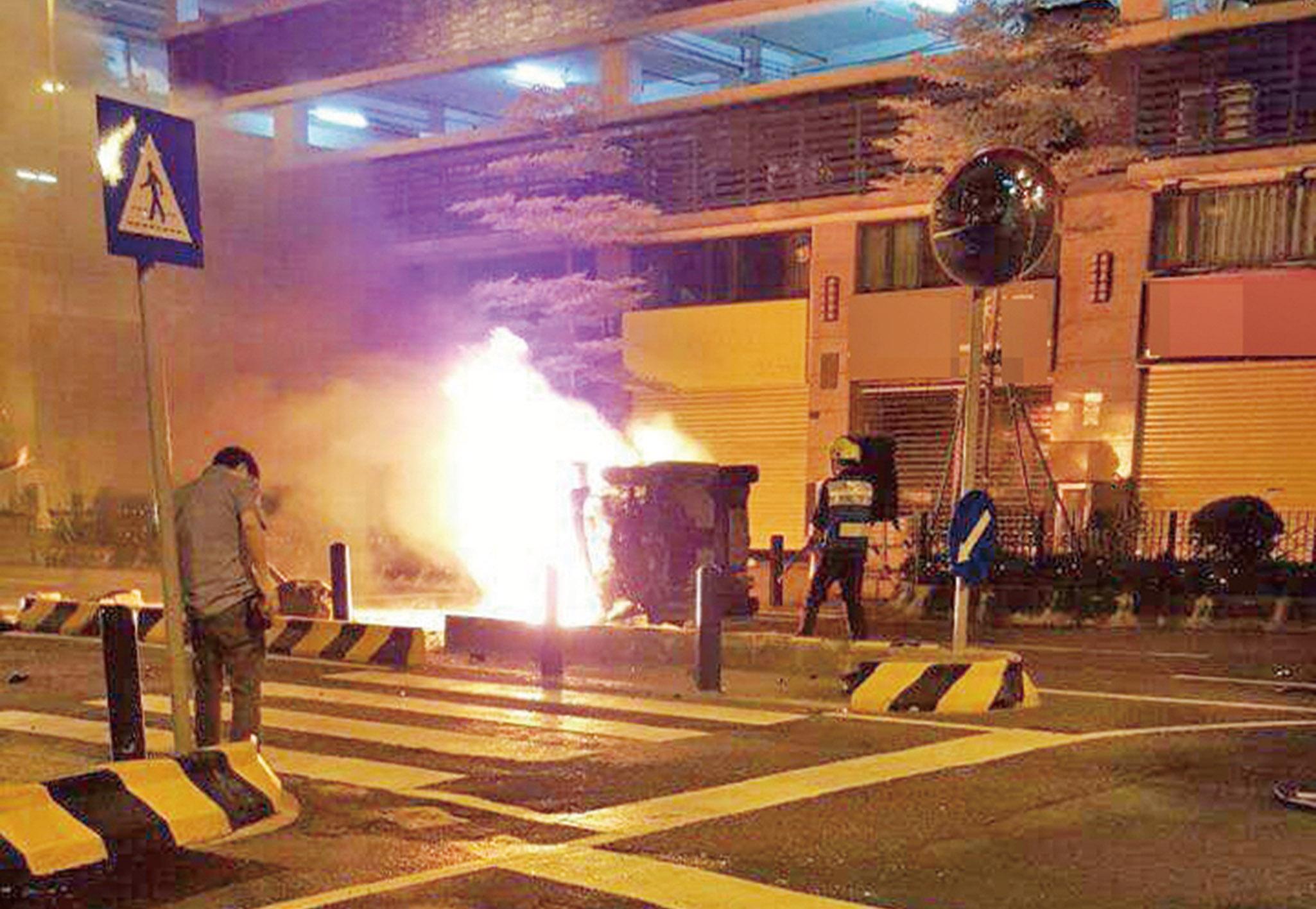 私家車猛撞石壆翻側起火