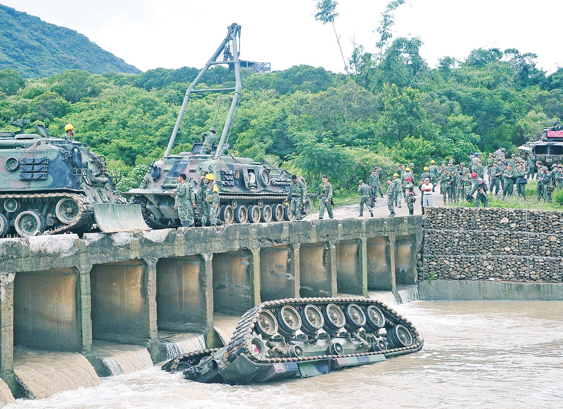 台坦克墮溪流 士兵三死一傷
