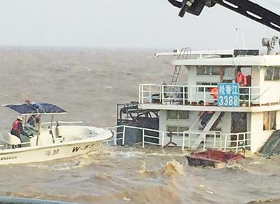 內地運沙船入水沉沒
