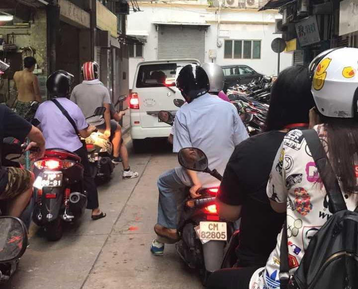 警方呼籲市民暫勿駕車往沙梨頭一帶