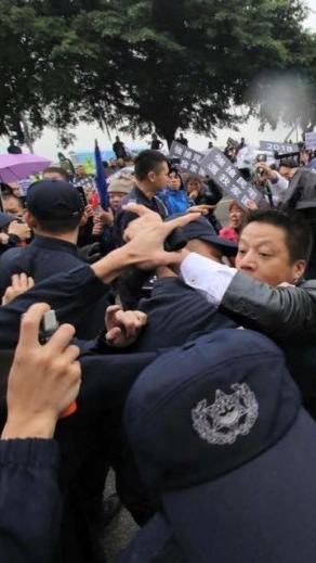 警方朝海一居示威者噴胡椒噴霧