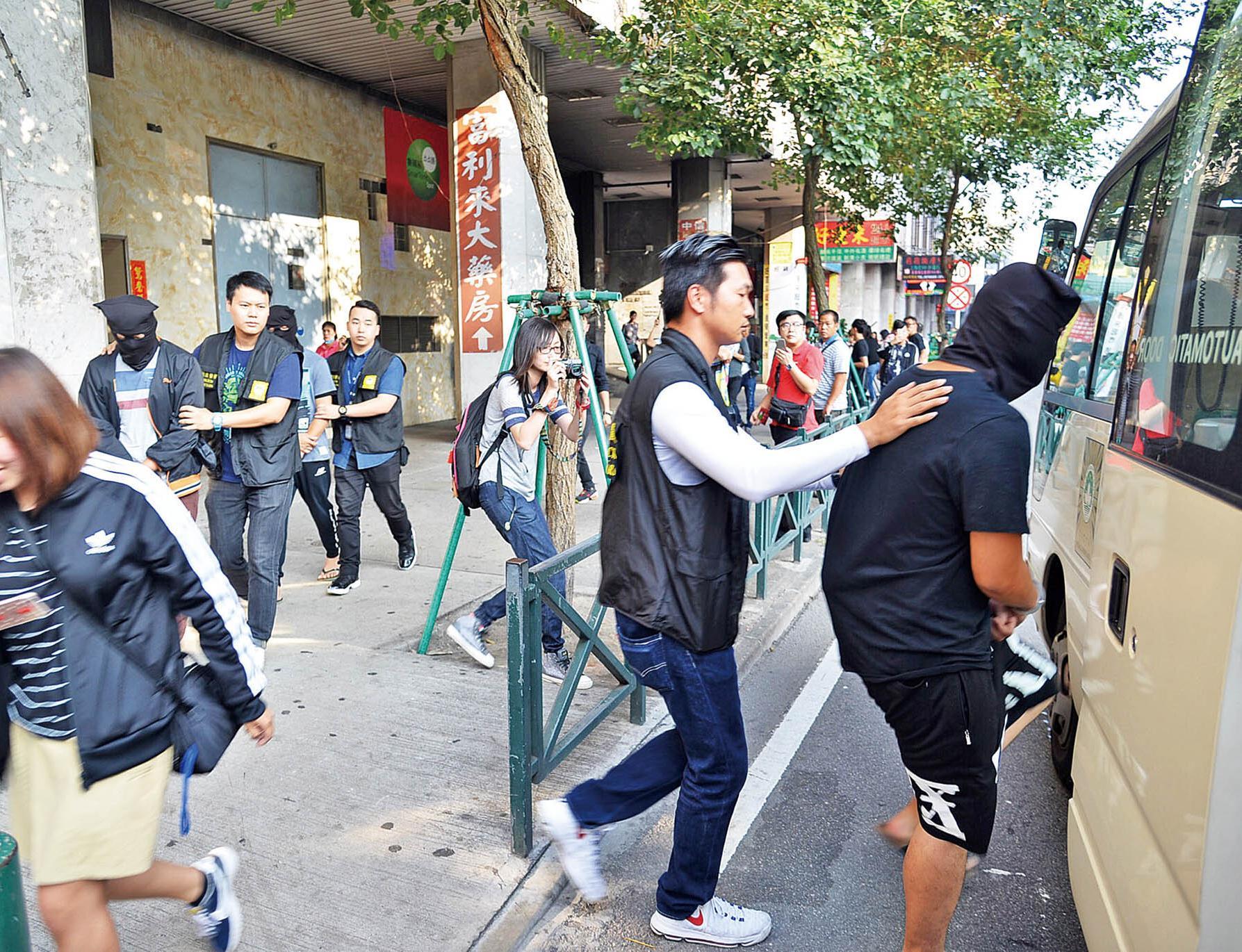 珠澳警方拘捕五人收繳設備