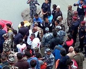 尼泊爾巴士墜河釀31死