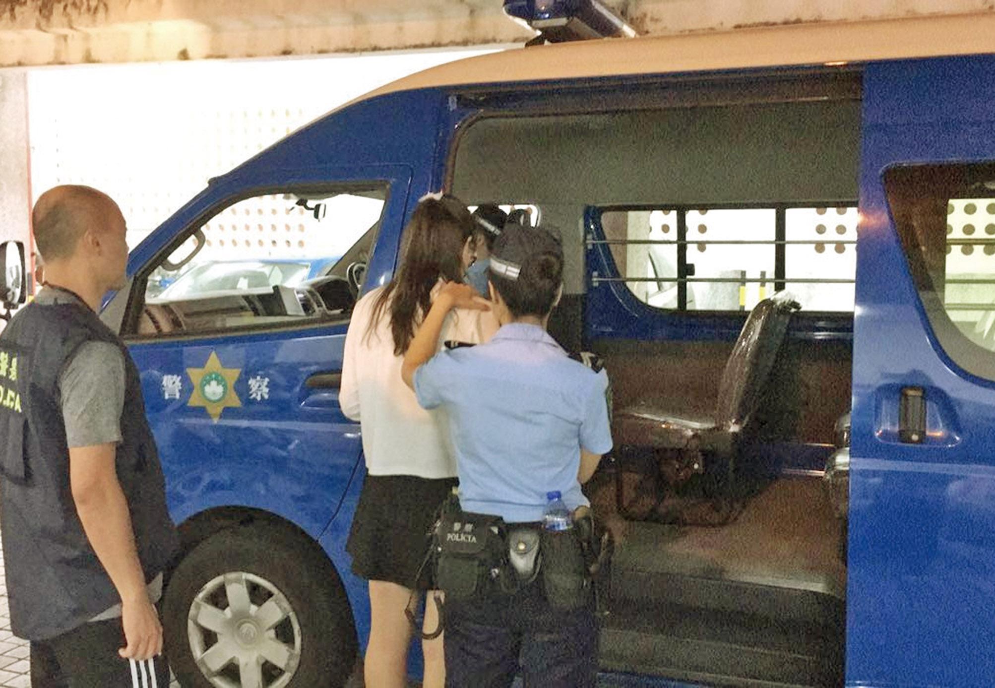 照片與本人不同 兩女大學生被捕