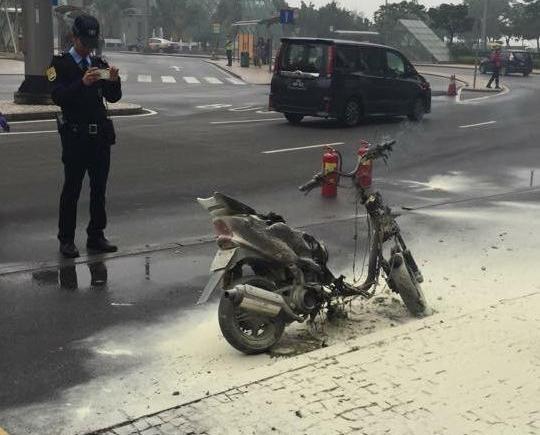 亞馬喇前地有電單車自焚