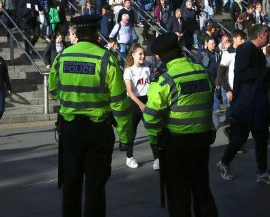 英警拘18歲疑犯 搜查民居