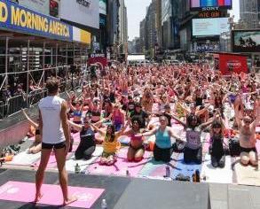 千人練習瑜伽迎夏至