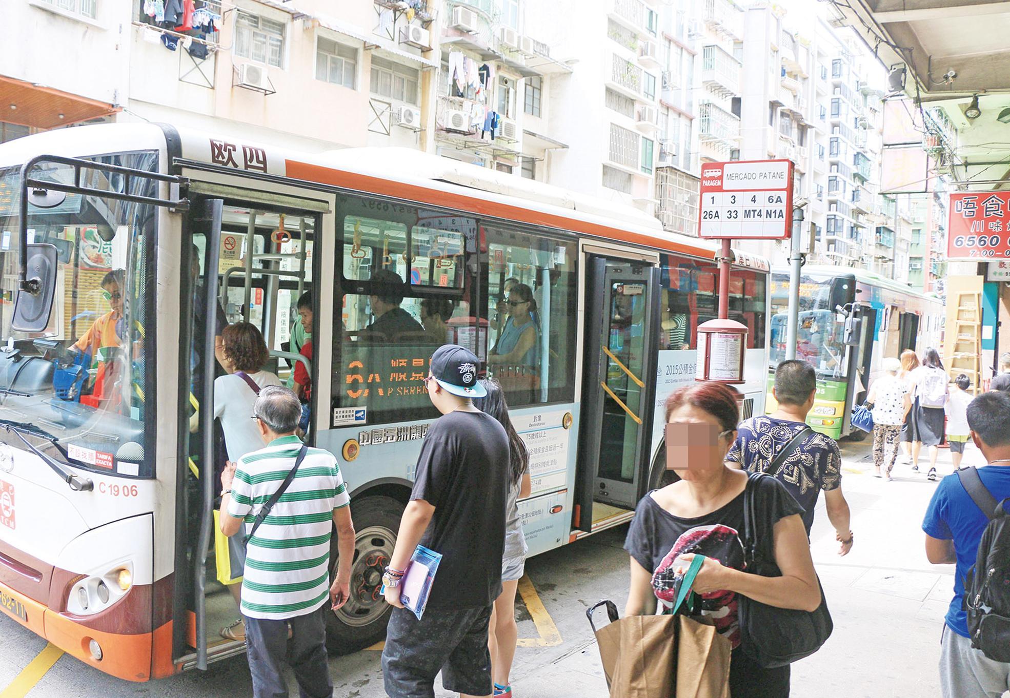 首階段提供十巴士線到站資訊
