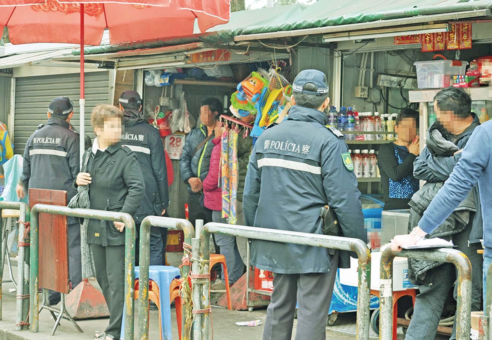 治安警掃三店拘12男女