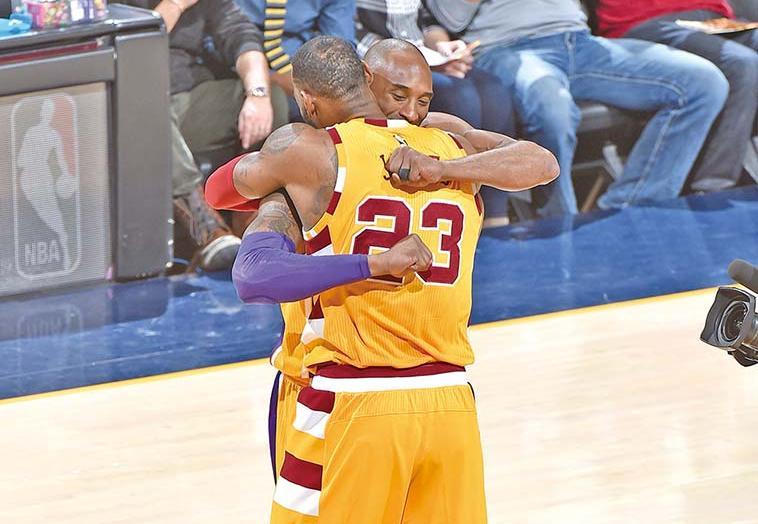 兩代NBA球王深情擁抱