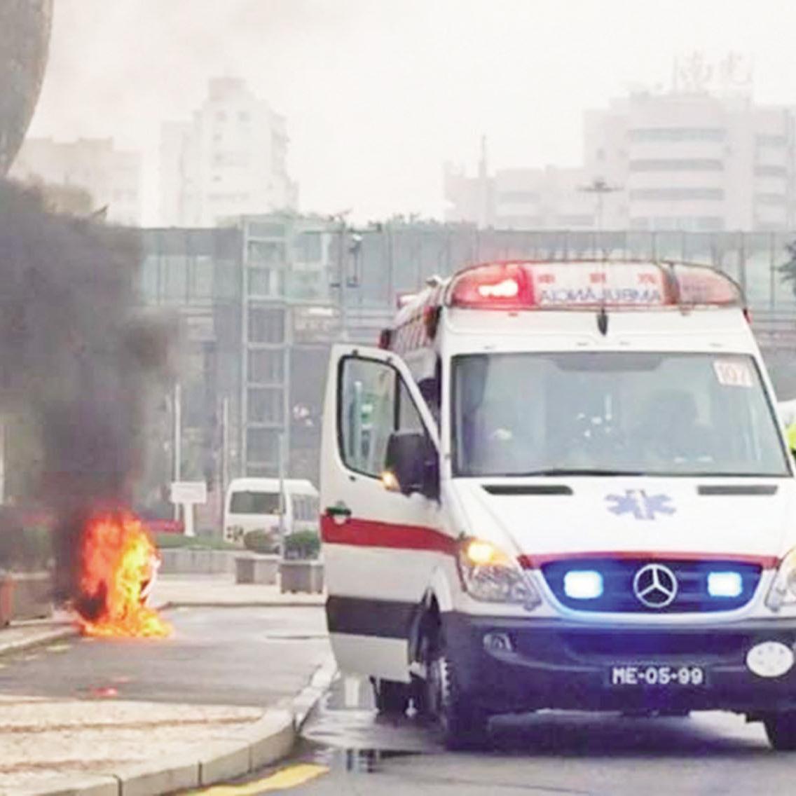 男子駕電單車起火焚燒