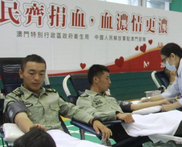 逾百名解放軍參加捐血活動