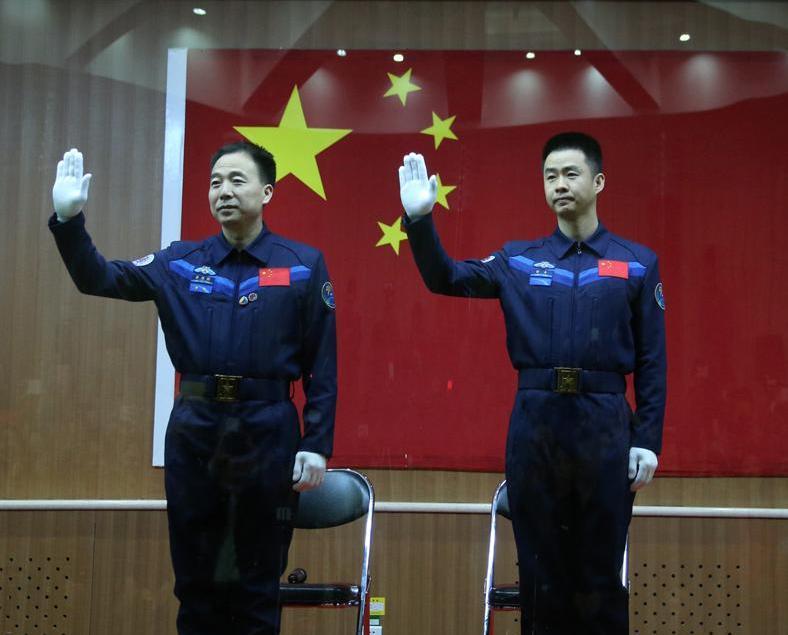 老將景海鵬和新丁陳冬任太空人