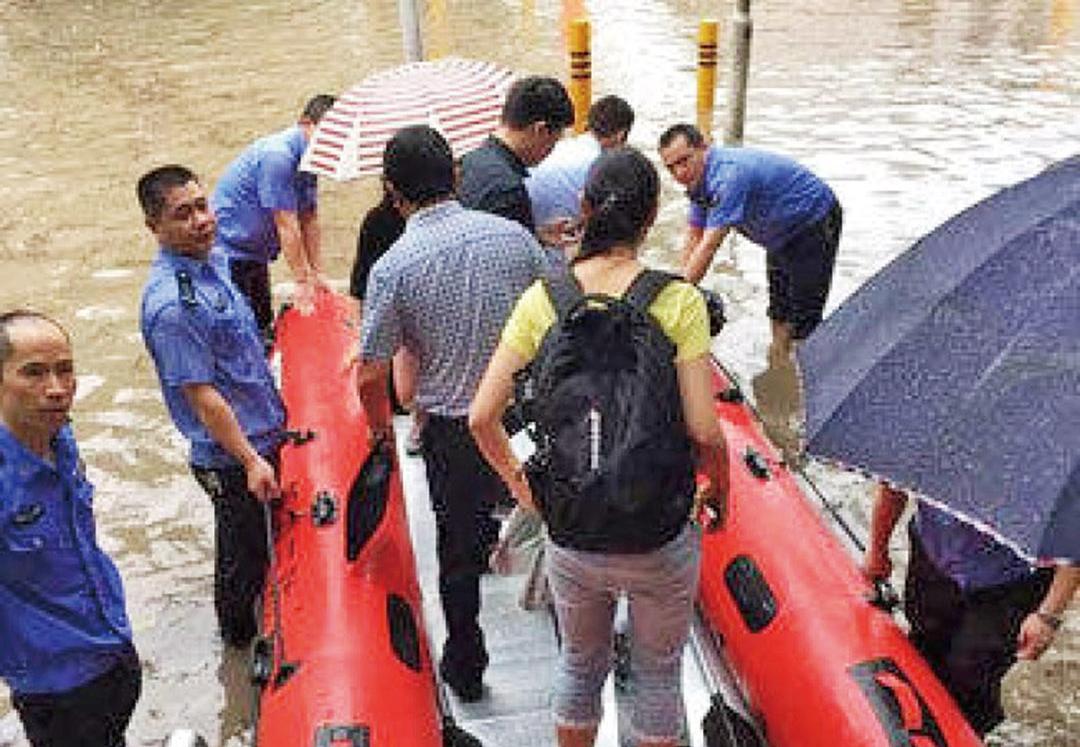 深圳市民划船上班