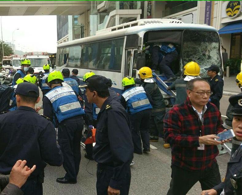 旅遊巴私家車相撞55人傷