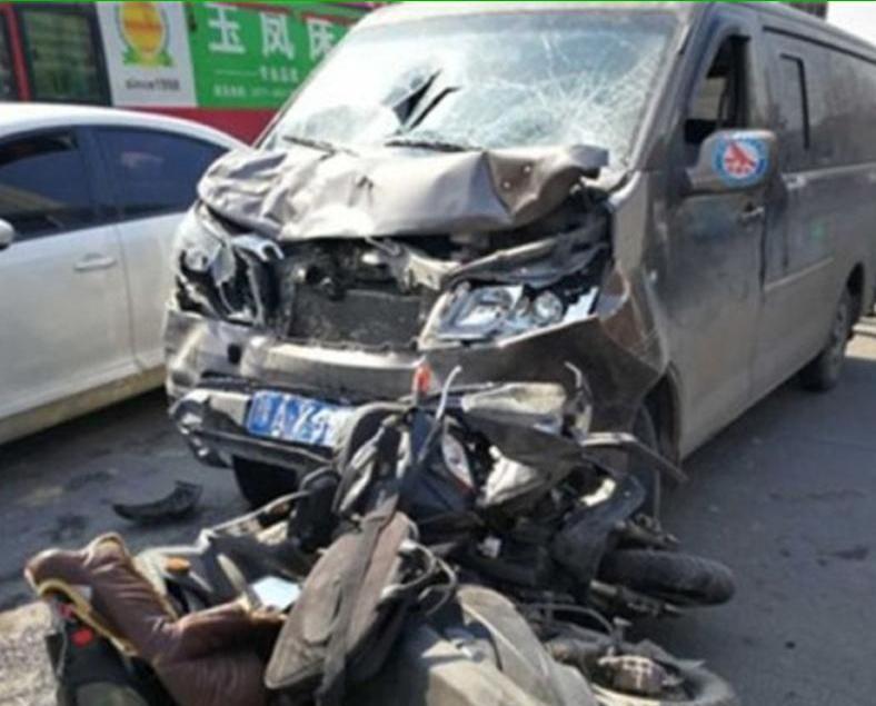 客貨車狂撞九部電單車10死傷