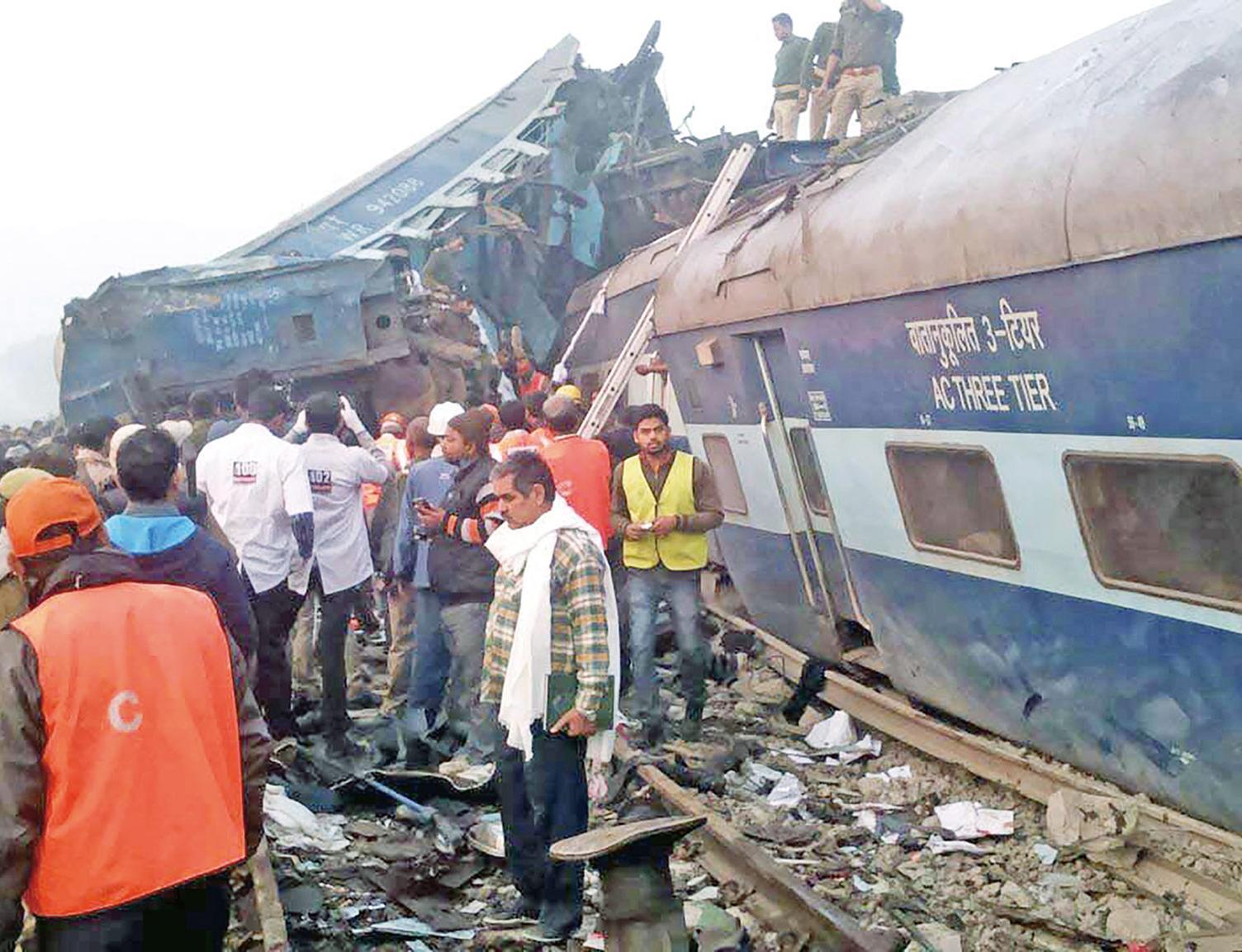 印度火車出軌翻側120人慘死