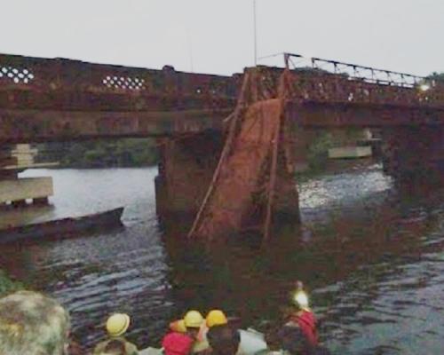 老橋倒塌 一死30失蹤