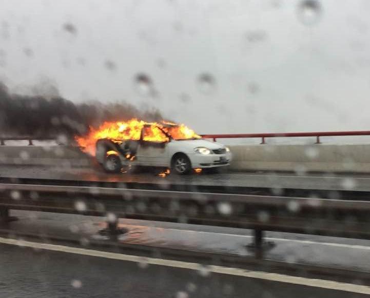 私家車著火冒煙無人傷