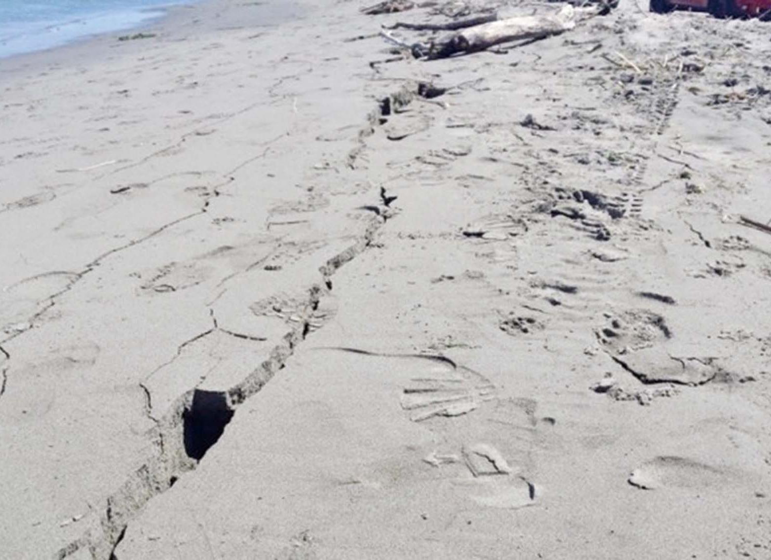 沿岸懸崖崩裂