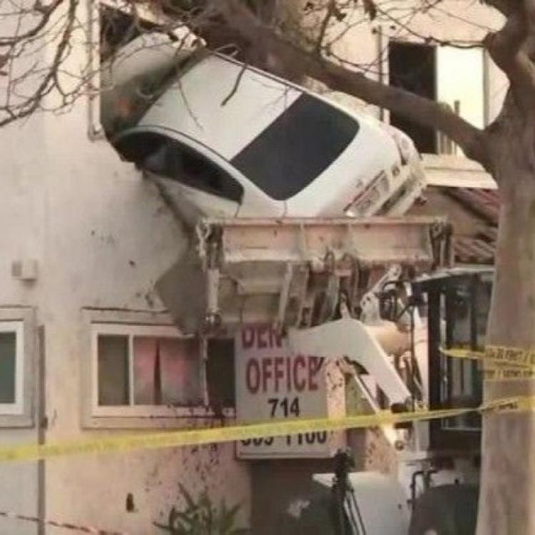 加州私家車超速失控剷上二樓